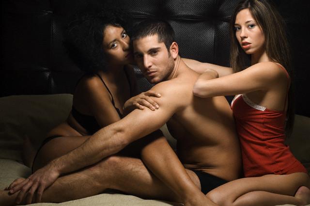 Seks w trójkącie dwie dziewczyny jeden facet